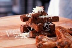 Harde broodklemmen heerlijke die crackers met kaas worden bestrooid stock foto's