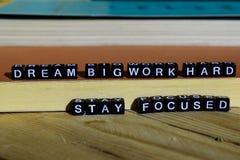 Harde die verblijf van het droom het grote werk op houten blokken wordt geconcentreerd Motivatie en inspiratieconcept stock afbeeldingen