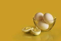 Harde gekookte eieren in een kom Stock Fotografie
