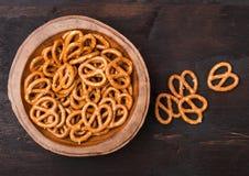 Harde gezouten pretzels klassieke snack voor bier in houten kom op houten achtergrond royalty-vrije stock afbeeldingen