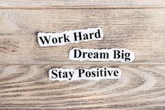 Harde het werk, droomt Grote, Verblijfs Positieve teksten op papier Word Harde het Werk, droomt Groot, Verblijfspositief op gesch stock foto's
