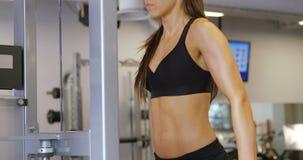 Harde opleidende geschiktheidsvrouw die onderdompelingen doen bij geschiktheidsgymnastiek stock video