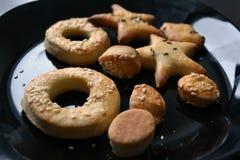 Harde pretzels op zwarte plaat Royalty-vrije Stock Foto's