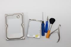 Harde schijven op demontage en hulpmiddelen dat voor dit worden voorbereid Stock Fotografie