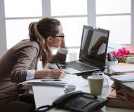 Harde werkende vrouw met bureaudossiers Royalty-vrije Stock Afbeeldingen