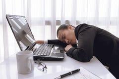 Harde werkende vrouw met bureaudossiers Stock Fotografie