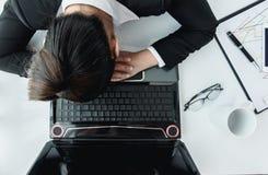 Harde werkende vrouw met bureaudossiers Stock Foto