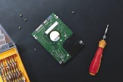 Hardeschijfstation en reeks van schroevedraaier bij zwarte achtergrond reparatie hdd na diagnostiek gegevensonderhoud na virusaan stock fotografie