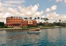 Hardet Rock Cafe på universella Orlando Resort i Florida med sjön på förgrunden arkivbilder