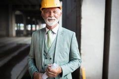 Βέβαιος μηχανικός κατασκευής, αρχιτέκτονας, επιχειρηματίας hardhat στο εργοτάξιο στοκ εικόνες με δικαίωμα ελεύθερης χρήσης