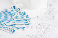 Hardhat med handskar, exponeringsglas och teckningar Arkivbild