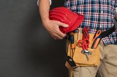 Hardhat och verktygslåda för arbetare hållande royaltyfri bild