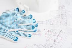 Hardhat z rękawiczkami, szkłami i rysunkami, Fotografia Stock
