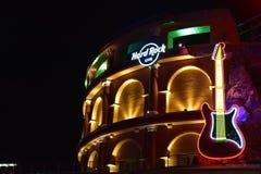 Hardrock-Zeichen und Gitarre auf Roman Coliseum-Artgebäude bei Universal Studios Citywalk lizenzfreie stockfotografie