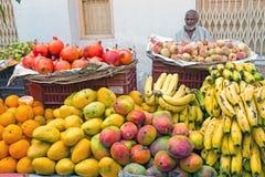 HARDWAR, INDIA - APRIL 24, 2017: Verkopers verkopende vruchten op Stock Afbeeldingen