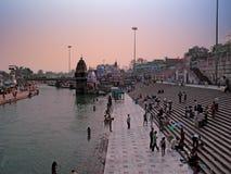 HARDWAR, INDIEN - 13. MÄRZ 2003: Die Leute, die im heiligen baden, rive Stockbilder