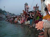 HARDWAR, INDIEN - 13. MÄRZ 2003: Leute, die puja am heiligen r tun Stockfotografie