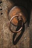 Hardware apropiado del hierro en puerta Fotografía de archivo