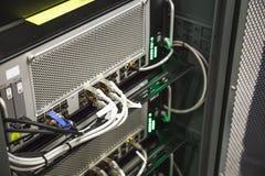 Hardware-Ausrüstung mit Datenoptischen kabeln im Netzwerk-Server-Raum, Internet-Technologie stockfotos