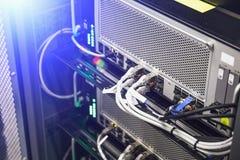 Hardware, commutatore e cavo del pannello della rete nel centro dati o nella stanza del server, concetto di comunicazioni di Inte Fotografie Stock Libere da Diritti