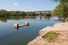 Hardware concreto da ponte antiga em um lago quieto Fotos de Stock Royalty Free