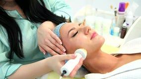 Hardware Cosmetology Säubern der Haut mit einer Bürste stock footage