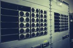 Hardware della rete nel centro dati con i dischi rigidi, stanza del server con le attrezzature Fotografia Stock