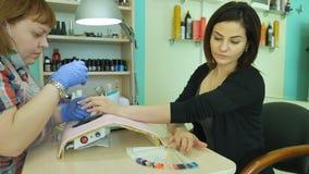 Hardware-Maniküre, Nagelpflegeschönheit im Schönheitssalon Manikürelack Die Nagelbehandlung Jobmaniküristen stock video footage