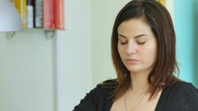 Hardware-Maniküre, Nagelpflegeschönheit im Schönheitssalon Manikürelack Die Nagelbehandlung Jobmaniküristen stock video