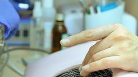 Hardware-Maniküre, Nahaufnahme, Nagelpflegeschönheit im Schönheitssalon Maniküre mit Lack Die Nagelbehandlung stock video