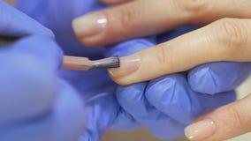 Hardware-Maniküre, Nahaufnahme, Nagelpflegeschönheit im Schönheitssalon Maniküre mit Lack Die Nagelbehandlung stock footage
