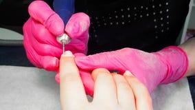 Hardware-Maniküreprozeß, Säubern von Nägeln durch einen Fräser stockfoto
