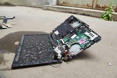 Hardware roto del ordenador portátil foto de archivo