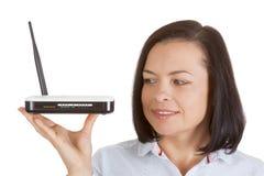 Hardware senza fili del router del modem in mani della donna Fotografie Stock Libere da Diritti