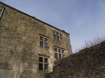 Hardwick, blauer Himmel, Altbau, Derbyshire, Führungsfenster stockfotografie