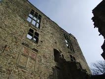 Hardwick, cielo azul, edificio viejo, Derbyshire, ventanas de la ventaja Imagenes de archivo