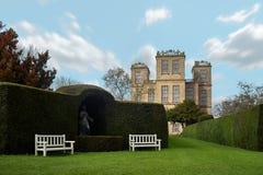 Hardwick Hall omgav vid grönskan royaltyfri bild