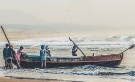 Hardwork van fishermans in visserij bij oceaan stock afbeelding