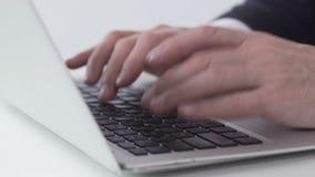 Hardworking bureaumanager die e-mail typen en het naar werkgever, handenclose-up verzenden stock footage