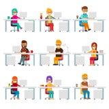 Hardworking creatieve mensenwerk in het bureau met computers vector vlak ontwerp royalty-vrije illustratie