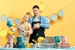 Hardworking jongeren bent bereid om u te helpen om uw keuken schoon te maken royalty-vrije stock afbeeldingen