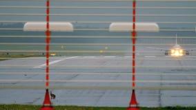 Hare på landningsbana av den Dusseldorf flygplatsen stock video