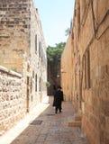 Haredi man som går i den judiska fjärdedelen Arkivfoton