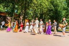 HareKrishna anhängare dansar i Moskva Gorky parkerar arkivbilder