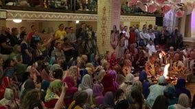 HareKrishna anhängare sjunger mantra i en tempel lager videofilmer