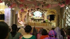 HareKrishna anhängare sjunger mantra i en tempel arkivfilmer