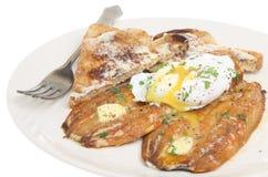 Harengs et déjeuner d'oeufs pochés Photo stock