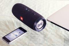 Harge portatile 3 del ¡ dell'altoparlante JBL Ð e iPhone Immagini Stock