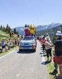 Haribo bil i Pyrenees berg Arkivfoton