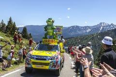 Haribo bil i Pyrenees berg Arkivfoto